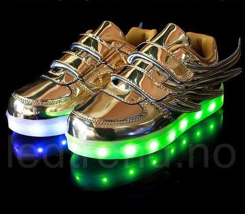 Sølv Dragonfly LED barnesko - LED-skoene finner du i nettbutikken ledtrend.no. Prisene på ledskoene varer varierer fra 599-, og oppover, GRATIS frakt på alle varer. Vi har mange forskjellige LED-sko, ta en titt da vel? på: www.ledtrend.no