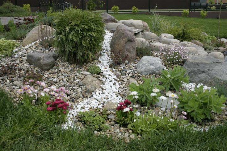 Небольшие камни будут отлично смотреться на верхней части земляного холма