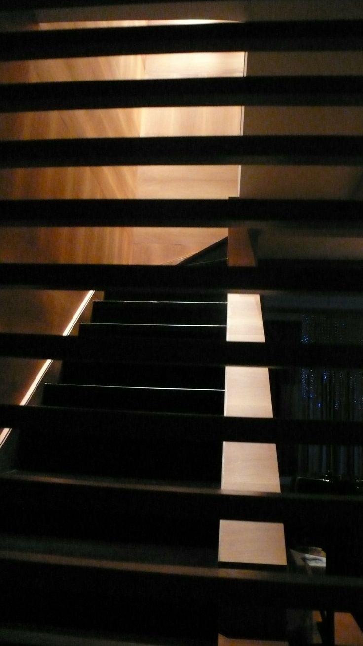 desde el hall y a travs de la celosa se ven las escaleras de granito negro y