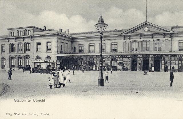 Gezicht op de voorgevel van het Centraal Station (Stationsplein) te Utrecht.1903