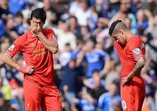 13-14イングランド・プレミアリーグ第36節、リバプール(Liverpool FC)対チェルシー(Chelsea)。チェルシーに2点目を許し落胆するリバプールのフィリペ・コウチーニョ・コレイア(Philippe Coutinho Correia、右)とルイス・スアレス(Luis...