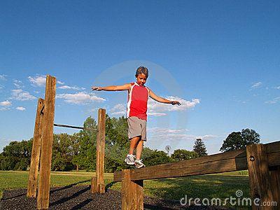 Jonge jongen op een evenwichtsbalk
