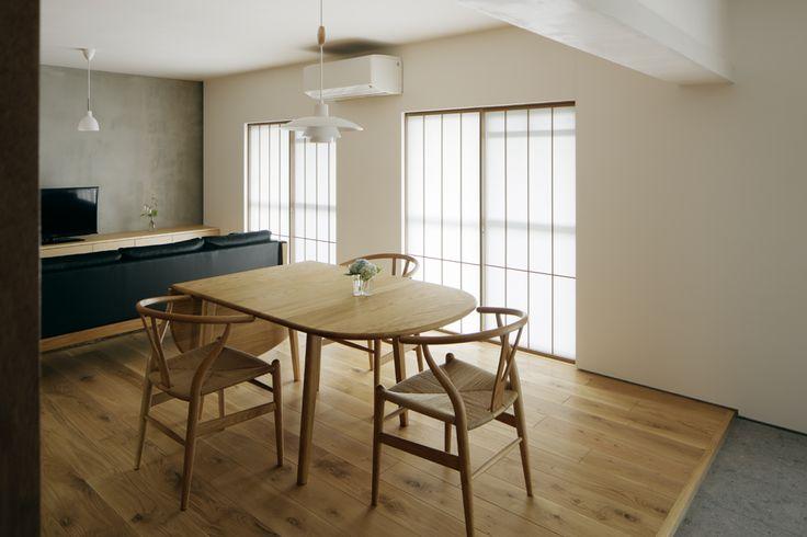 築49年の団地の一住戸を、奥行きと広がりが感じられる住まいにリノベーション。ご施主様の要望である「古い団地の雰囲気にあった素朴さと上品な空間の両立」を実現すべく、住まいの中心であるリビングは明るく上品な漆喰の白壁を基調としている。そこに無垢フローリングの素朴な温かみとモルタル壁や合板壁のソリッドさが上手く融合し、まるでギャラリーのような凛とした空間に仕上がった。また、窓にはモダンな障子を取り付け…