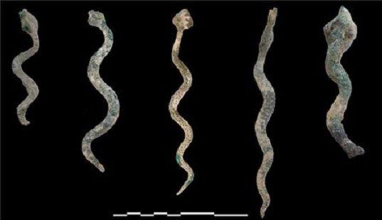 Ummanda bulunan demir yılan tasvirleri