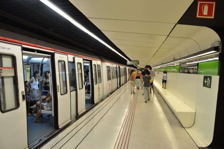 Estação de Metrô Drassanes, em Barcelona, Comunidade Autônoma da Catalunha, Espanha. A estação foi feita a partir de comboios que a atravessam. A estação fica muito perto do mar e possui paredes futuristas brancas, telhas vermelhas e um teto preto profundo, o que dá aos passageiros a sensação de estar em outro mundo.  Fotografia: Creative Commons / chagiajose / Flickr.