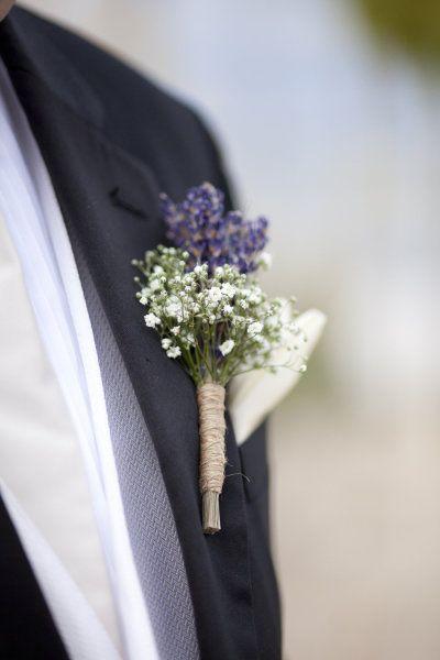 Lavanda y flor blanca en el ojal atado con yute. Ideal para una boda en el campo