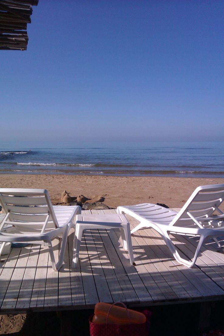 Il solarium per i nostri amici sorge direttamente sulla spiaggia! #beach #sicily