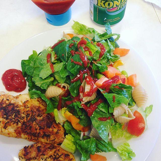 Dinner at work... Stegt kylling med krydderier, en blandet salat samt yndlings ketchuppen fra Lidl med mindre sukker 😋👌🏻😍#dinner#healthyfood#work#salat#chicken#faxekondi#træt#MyDiet#fitfamdk