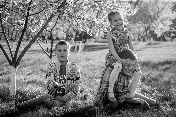 Игры в саду. Два брата и их младшая сестрёнка. . . . #sunphotoru #sunphotokids # #family #familyphotography #solnechnogorsk #summer #bw #siblings #солнечногорск #семейныйфотограф #детскийфотограф #чб #семья #дети #сад #яблоневыйсад