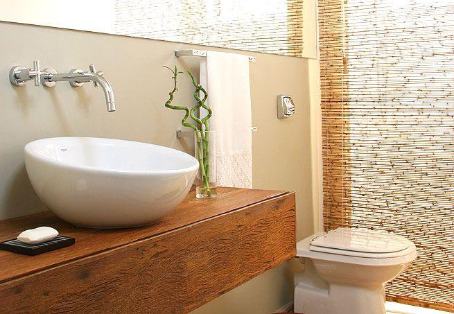 arquitrecos - blog de decoração: Banheiros fora do comum  Esta solução da cortina de bambu é perfeita para banheiros sociais, pois permite esconder a área do chuveiro funcionando como um lavabo em dias de festa. Além de ficar lindo!!