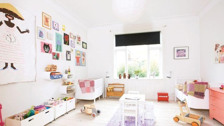 Детская мебель для двоих детей: советы по выбору и 80+ удобных и эстетичных решений для детской комнаты http://happymodern.ru/detskaya-mebel-dlya-dvoix-detej-foto/ Комфортное расположенные кроваток по разные углы комнаты