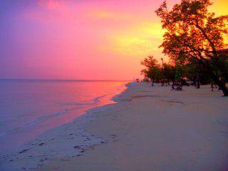 Naar het Strand.         Op het strand is er veel vreugde.  want je gaat er niet heen met regen.  Lekker bakken in de zon met een rode huid die er niet tegen kon.  Zwemmen , lopen en liggen een zand kasteel maken op strand.  Liggen zweten op een stretcher of boek lezen in een stoel.  Dat zijn allemaal van die dingen die je er kunt doen.  Jetskie huren en varen in de zee of surfen op een plank op de golven.  Parasailing is wat je er ook nog kunt doen en allemaal met fatsoen.  Lees meer…