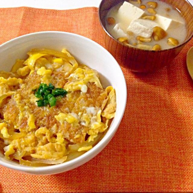 揚げたてのカツを卵とお出汁と玉ねぎで閉じました。半熟つゆだく♥︎ - 23件のもぐもぐ - ロースカツ丼・なめこと豆腐のお味噌汁 by accachan096Y1