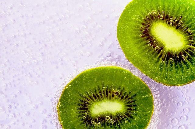 Deliciosa agua saborizada Kiwi, fresa y limón. Leer más en el blog www.dietasanayfeliz.com