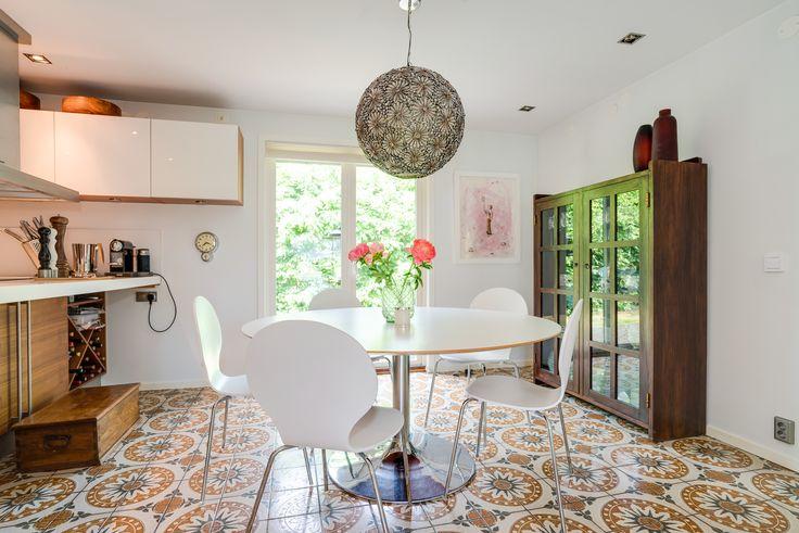 matplats med stora fönsterpartier, fint separerad från köket av köksö