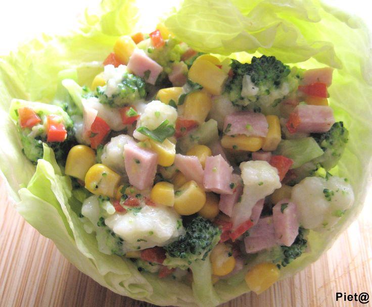 Een heerlijke gezonde salade, lekker als bijgerecht, geserveerd in ijsbergsla, met gebakken aardappeltjes en een stukje vlees of gemengd met...