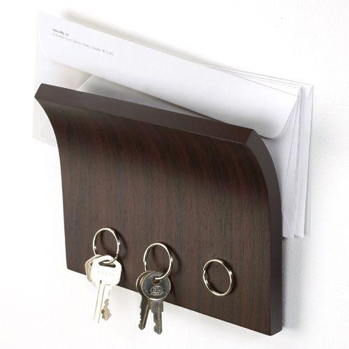 De magneet sleutelhouder van Umbra zorgt ervoor dat je nooit meer de helft van de post ergens laat slingeren of je sleutels kwijt bent. Hij is gemaakt van espresso- of naturelkleurig hout met binnenin een magneet. Bewaar alles op n plek!