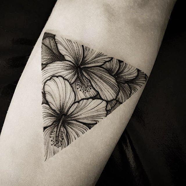 [ hibiscos ] inspirando nosso meio de semana.  Coisa boa vindo, dá nisso!   #casilha #táchegando #umasurradevibes  #hibiscos #tattooart #tattoo #inspiration