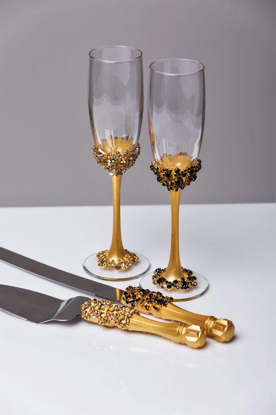 Or et noir verres de mariage et gâteau Server grillage ensemble couteau à gâteau de mariage des verres de Champagne or noir, mariage lot de 4 flûtes   Pour ces verres de couleur: noir et or Entièrement fait main ! MENSURATIONS : -Flûtes champagne: hauteur - 9,2 pouces (23,5 cm). Volume – 170ml (6,1 onces) -pour le gâteau : serveur de gâteau - couteau à gâteau 10- 13  Les verres de champagne personnalisées peuvent être créées pour répondre à vos besoins. Vos couleurs de mariage unique…