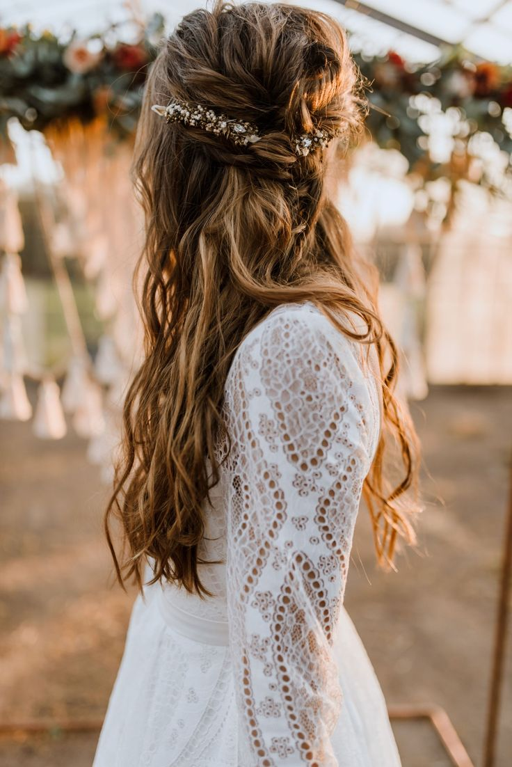 Labude Koeln – Boho bridal hairstyle with our headpiece Chiara. Bohemian style bridal inspiration with messy hair. Casual bridal hairstyle for non-sexual …