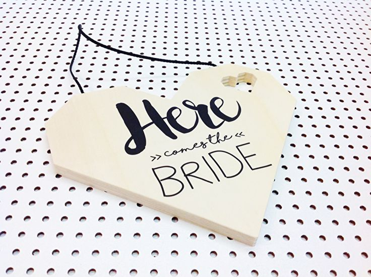 "Houten vlag ""Here comes the bride"""