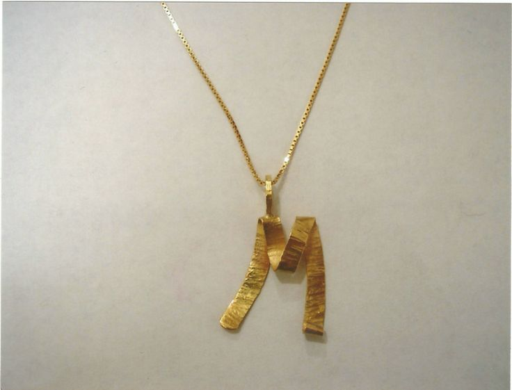 Ciondolo iniziale in oro giallo personalizzabile - Customizable yellow gold pendant letter shape