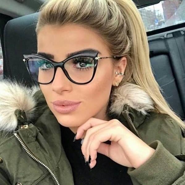 c9e32f5344ffd Para loiras, morenas, ruivas e negras... um óculos de grau preto não pode  faltar! Ele é o coringa que combina com qualquer cor e qualquer look!