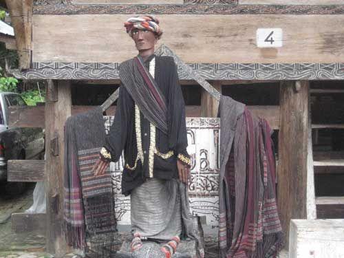 PARAPAT, (TubasMedia.Com) – Sigale-gale adalah sejenis patung yang diukir menyerupai manusia yang terbuat dari kayu, yang dapat digerakkan seperti cara seseorang dalang untuk memainkan wayang