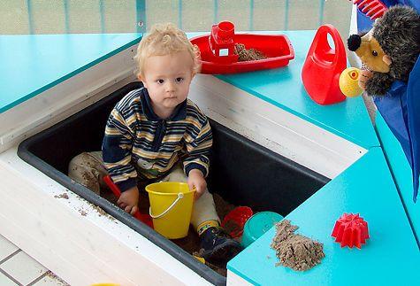 Sandburgen bauen kann dein Kind auch auf dem Balkon: Wir zeigen, wie man diesen Sandkasten für den heimischen Balkon selbst baut. Der Clou: Die Box kann ganz fix zu einem Mini-Planschbecken werden.
