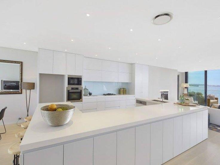 Clean, big bench, entertainers kitchen
