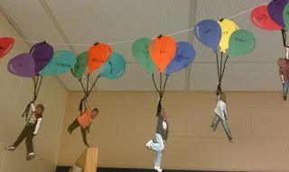 S'envoler loin Prendre les enfants en photo avec un bras en l'air. Découper des ballon dans du papier cartonné de différentes couleurs. Coller 3 ballons ensemble. Coller un morceau de laine à chaque ballon. Puis coller les 3 bouts de laine dans la main de l'enfant.  Ici ce projet a été utilisé pour travailler les préfixes et les suffixes chez des primaires.