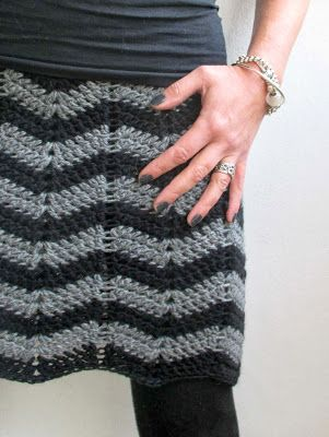 VMSomⒶ KOPPA: siksak-HAME | skirt with this zigzag pattern; make a chain a bit longer than around your hips. Don't close the chain, instead make the zigzag DS all the way (there is a pattern in the link from the link), and if any chains are left over, unravel those, and only the  close the chain. Do more rows, then when ready, turn to a straight. She used TS for the last row and added an elastic, then stretched it to shape. I love the simplicity of the design.