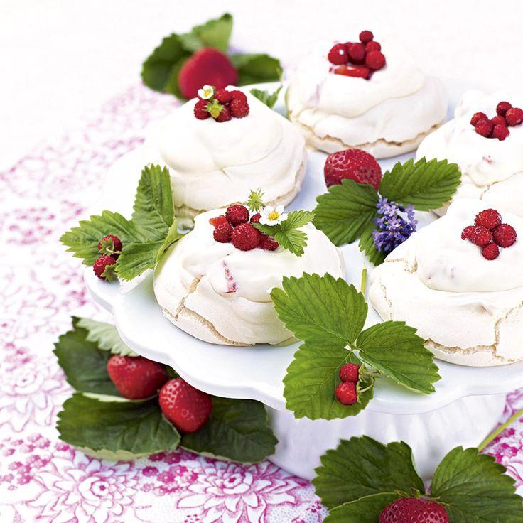 Minipavlova med jordgubbsgrädde. Har du tillgång till smultron så är de nästan oslagbara som dekoration på marängerna. Sötare än så här blir det inte!