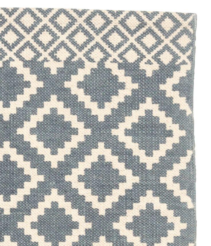 Gebroken wit/grijsblauw. Een vloerkleed van geweven katoen met een geprint dessin aan de bovenkant.