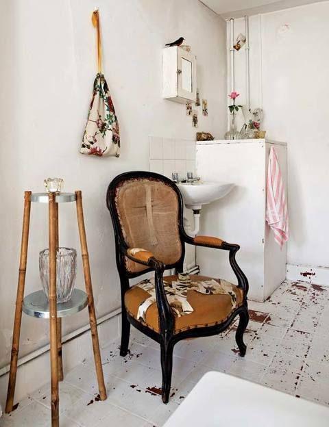 En el cuarto de baño reina la serenidad que otorga el blanco. El sencillo lavabo y el mueble contiguo estaban en el recinto antes de la llegada de Emily, quien introdujo con acierto ciertos elementos que personalizan el cuarto como, por ejemplo, la butaca customizada y las ilustraciones de flores.