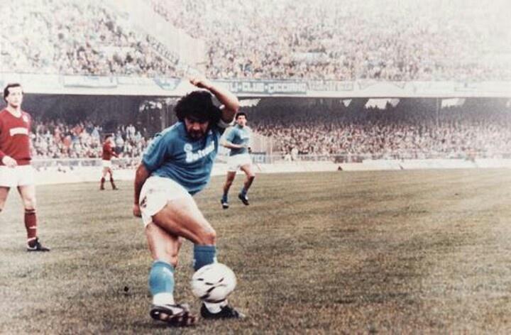 Maradona en el club donde brillo y aun es heroe de la ciudad y de su estadio San Paolo... Napoles