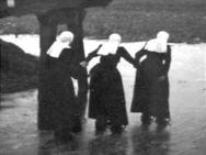 Schaatsende vrouwen in klederdracht in IJsselmuiden #Overijssel #Kampen #nieuwedracht