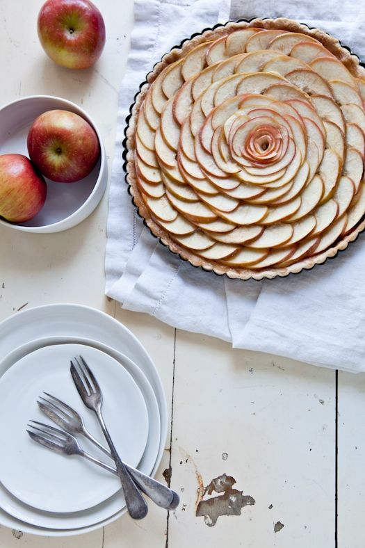 What a beautiful desert!  Recipe for apple tart is on this wonderful blog.