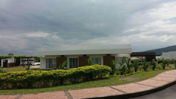 CASA MODERNA. KAULI. Conjunto Casa de Campo Llanos Orientales. Restrepo. Meta. Colombia. Area 450 m2. Casa para 2 familias. Vista lateral. Arq Nelson Bedoya Santacruuz