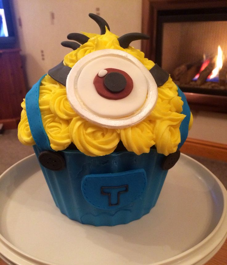 Minion giant cupcake from Dispicable Me (giant cupcake ideas)