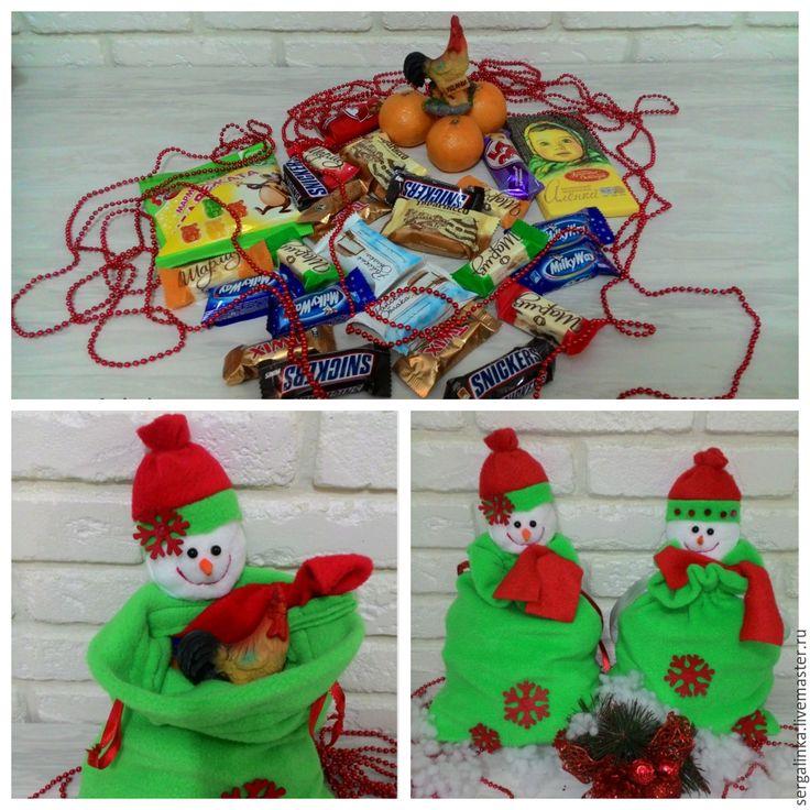 Не за горами Новый год, и пришло время подумать о подарках. Своим детям я всегда сама собираю сладкие подарки, так как есть возможность положить любимые и вкусные сладости и небольшие сувенирчики. И чтобы порадовать деток, я предлагаю вам пошить вместе со мной мешочек для подарка, который может быть еще и забавной игрушкой. Можно шить с детьми, они с удовольствием будут помогать кроить, набивать…