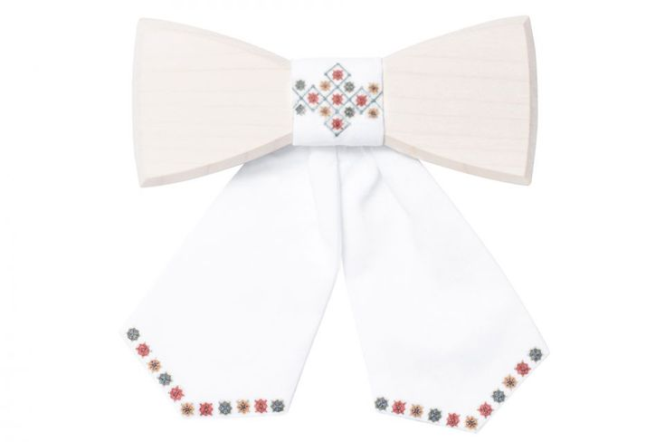 The Lili wooden bow tie combines old traditions of folklore with modern fashion. Choose this product for a special occasion and catch a lot of jealous looks on the street. To create this extraordinary accessory, we chose maple wood, carefully formed it then hand-sewed the fabric. The Lili only weighs 34 grams, is elastic and can be adjusted to your neck, so you won't notice it! It is an ideal choice as a gift and will put a smile on the faces of your loved ones.