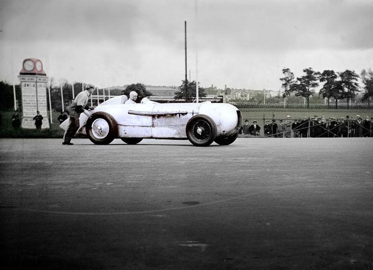 May 22, 1932: Manfred von Brauchitsch sets a world record for its class of 200 km/h at the AVUS race in a MB SSKL.  http://www.romeoauto.it