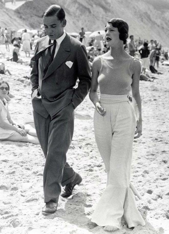 Suit, wide leg pants, beach in Biarritz, France, 1930s summer time photo photgraphie noir et blanc femme women elegance costard homme été holidays vacances maillot de bain 2017