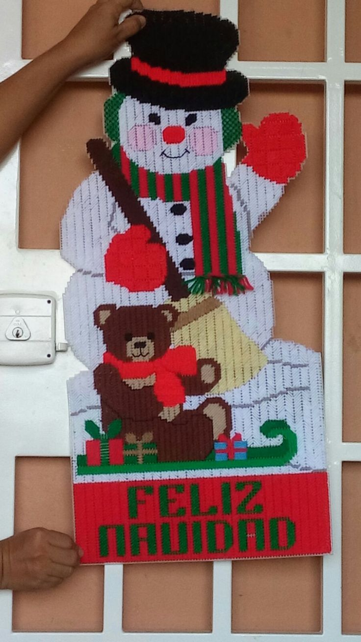 Mu eco de nieve para puerta navidad en plastic canvas for Puertas decoradas navidad material reciclable