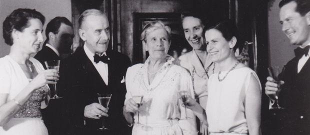 De 75e verjaardag van Thomas Mann: midden Thomas en Katia Mann, rechts Erika, Elisabeth en Michael Mann, links Michael Manns vrouw  Gret.
