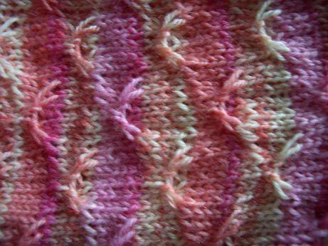 Socken mit einem Muster, das Ringelgarn so richtig aufpeppt. Gr.39/40 Material:selbstringelndes Sockengarn, Nadelspiel Nr. 2,5 Schwalbenmuster (teilbar durch 12): 1. Reihe: *2 M rechts,2 M wie…