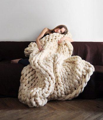 編み物をする方も多いと思いますが、ここまで大きな網目のアイテムって見たことありますか? 包まっている女性が小さく見えてしまってまるで小人のよう。とっても存在感があるアイテムですよね!
