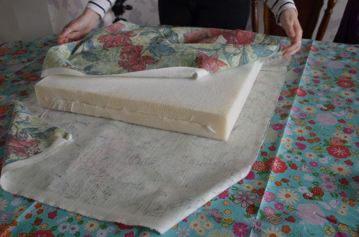 In deel 1 van dit DIY, heb ik stap voor stap laten zien hoe je de binnenkussens maakt voor een nieuwe loungekussenset voor je tuinset. Voor het tweede deel van gaan we de stappen doorlopen om zelfde kussenhoezen te maken. Hierbij hebben we de volgende materialen nodig: stof (lengte van de kussens naast elkaar met …