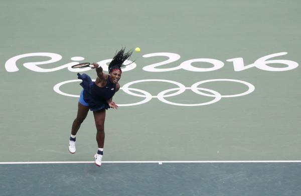 Серена Уильямс в действии во время ее первого раунда матча. (Майкл Рейнольдс / АООС)